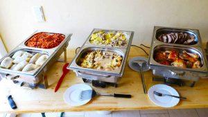 Chafing Dishes mit Bigos Kohlrouladen und Nackenbraten polnische Küche
